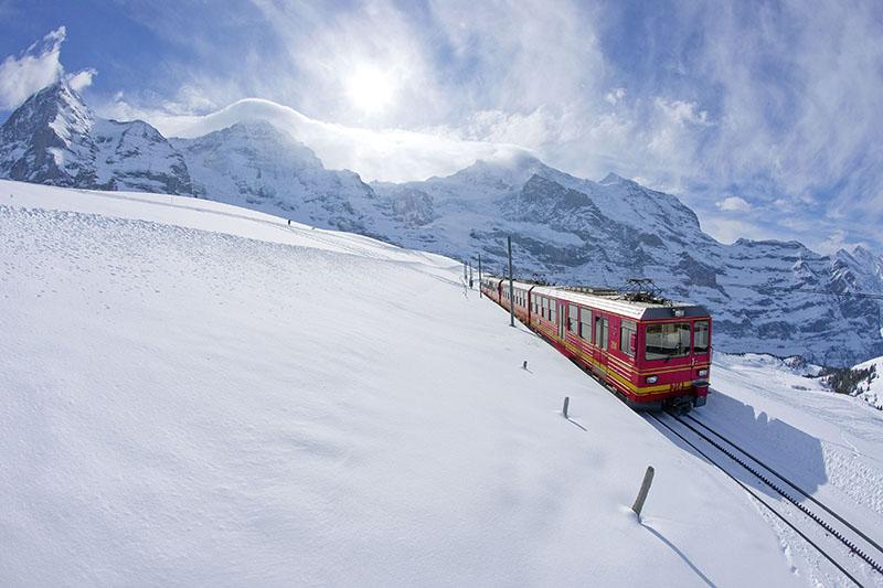 Jungfraubahn auf der Kleinen Scheidegg vor der Kulisse der Berner Alpen Photo by Christof Sonderegger